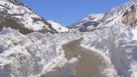 Φυσικός δρόμος μέσω των χιονωδών βουνών της οροσειράς Νεβάδα απόθεμα βίντεο