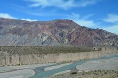 Φυσικός δρόμος στα βουνά των Άνδεων μεταξύ της Χιλής και της Αργεντινής στοκ εικόνες με δικαίωμα ελεύθερης χρήσης