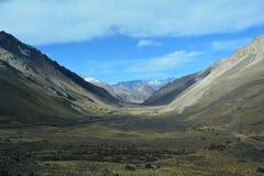 Φυσικός δρόμος στα βουνά των Άνδεων μεταξύ της Χιλής και της Αργεντινής στοκ εικόνα με δικαίωμα ελεύθερης χρήσης