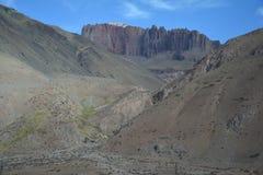 Φυσικός δρόμος στα βουνά των Άνδεων μεταξύ της Χιλής και της Αργεντινής στοκ εικόνα