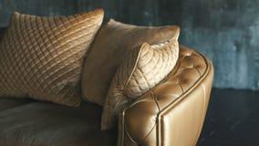 Φυσικός καναπές δέρματος πολυτέλειας χρυσός με τα rhombs φιλμ μικρού μήκους