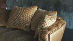 Φυσικός καναπές δέρματος πολυτέλειας χρυσός με τα rhombs απόθεμα βίντεο