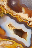 Φυσικός καφετής αχάτης με τα κρύσταλλα Στοκ Φωτογραφία