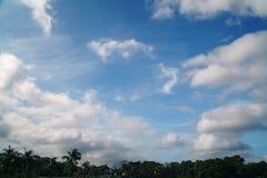 Φυσικός μπλε ουρανός με το υπόβαθρο σύννεφων τη θερινή ημέρα Στοκ Εικόνα