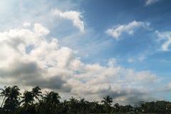 Φυσικός μπλε ουρανός με το υπόβαθρο σύννεφων τη θερινή ημέρα Στοκ φωτογραφία με δικαίωμα ελεύθερης χρήσης