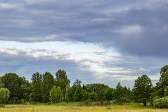 Φυσικός ορίζοντας με τα thunderclouds στον ουρανό στοκ εικόνες