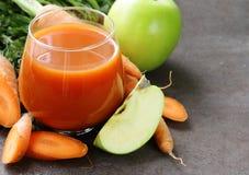 Φυσικός οργανικός φρέσκος χυμός των καρότων και του πράσινου μήλου στοκ φωτογραφίες