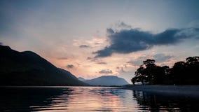 Φυσικός ουρανός ηλιοβασιλέματος πέρα από τη λίμνη Buttermere σε Cumbria απόθεμα βίντεο