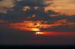 Φυσικός ουρανός και ανατολή άποψης δραματικός πίσω από τα σύννεφα Στοκ Εικόνες