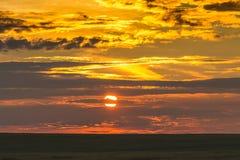 Φυσικός ουρανός κατά τη διάρκεια του ηλιοβασιλέματος πέρα από μια σκοτεινή λουρίδα του field_ στοκ φωτογραφίες με δικαίωμα ελεύθερης χρήσης
