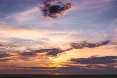 Φυσικός ουρανός με τα δραματικά σύννεφα κατά τη διάρκεια του sunset_ στοκ εικόνες