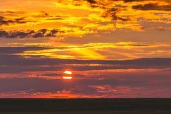 Φυσικός ουρανός με τα σύννεφα κατά τη διάρκεια του ηλιοβασιλέματος στο field_ στοκ φωτογραφία με δικαίωμα ελεύθερης χρήσης
