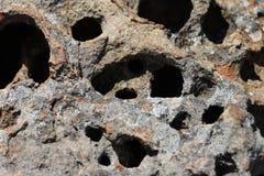 Φυσικός πορώδης καλυμμένος λειχήνα βράχος με τις κοιλότητες στοκ εικόνες