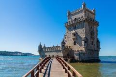 Φυσικός πύργος του Βηθλεέμ και ξύλινο γεφυρών με τις χαμηλές παλίρροιες στον ποταμό Tagus Το Torre de Βηθλεέμ είναι κληρονομιά τη στοκ εικόνες