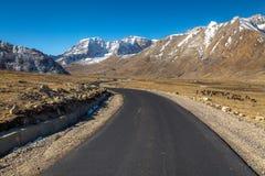Φυσικός δρόμος βουνών Himalayan στο βόρειο Sikkim Ινδία Στοκ Εικόνα