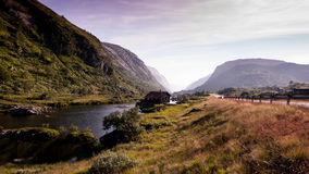 Φυσικός δρόμος μέσω μιας όμορφης κοιλάδας στη Νορβηγία Στοκ εικόνα με δικαίωμα ελεύθερης χρήσης