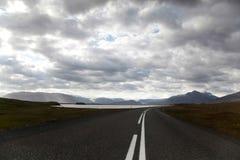 Φυσικός δρόμος στην Ισλανδία, φωτεινό ζωηρόχρωμο ζωηρό θέμα Στοκ Εικόνα