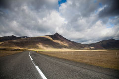 Φυσικός δρόμος στην Ισλανδία, φωτεινό ζωηρόχρωμο ζωηρό θέμα Στοκ Φωτογραφία