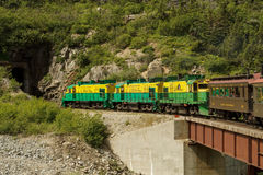 Φυσικός σιδηρόδρομος στο άσπρες πέρασμα και τη διαδρομή Yukon εισάγοντας tun Στοκ Εικόνες