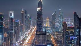 Φυσικός στο κέντρο της πόλης ορίζοντας του Ντουμπάι timelapse τη νύχτα Άποψη στεγών Sheikh του δρόμου Zayed με τους πολυάριθμους  απόθεμα βίντεο