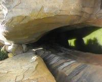 Φυσικός σχηματισμός σπηλιών στους βράχους γρανίτη λόγω των βροχών σε Kaivara Στοκ φωτογραφίες με δικαίωμα ελεύθερης χρήσης