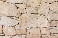 Φυσικός τοίχος πετρών φιαγμένος από σύσταση πετρών για το εσωτερικό σχέδιο Στοκ Φωτογραφία