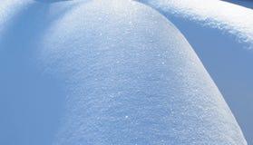 Φυσικός χειμώνας με τις λαμπρές κλίσεις χιονιού Στοκ Φωτογραφίες