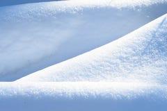 Φυσικός χειμώνας με τις λαμπρές κλίσεις χιονιού Στοκ εικόνες με δικαίωμα ελεύθερης χρήσης