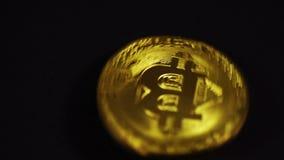 Φυσικός χρυσός Cryptocurrency bitcoin στο μαύρο υπόβαθρο απόθεμα βίντεο