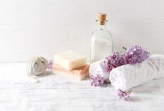 Φυσικό άλας λουτρών, σαπούνι, πετσέτες βαμβακιού και ιώδης συμβολική εικόνα λουλουδιών Στοκ Φωτογραφία