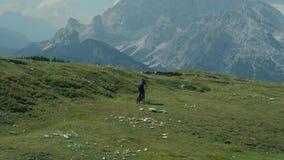 Φυσικό ίχνος βουνών και ο ποδηλάτης φιλμ μικρού μήκους