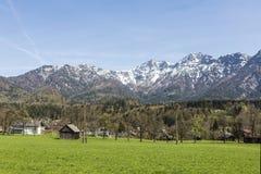 Φυσικό αγροτικό τοπίο με τα βουνά Στοκ Εικόνες