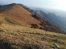Φυσικό βουνό το φθινόπωρο στο ηλιοβασίλεμα στοκ εικόνες