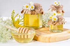 Φυσικό ελαφρύ υγρό μέλι Μέλι στα βάζα γυαλιού Στοκ φωτογραφία με δικαίωμα ελεύθερης χρήσης