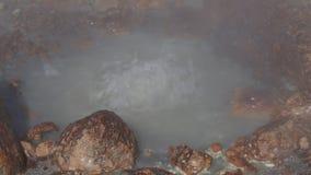 Φυσικό επιθετικό ηφαιστειακό καυτό ράντισμα ελατηρίων του βράζοντας μεταλλικού νερού απόθεμα βίντεο
