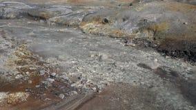 Φυσικό επιθετικό τοπίο ηφαιστείων - καυτό ρεύμα μεταλλικού νερού απόθεμα βίντεο