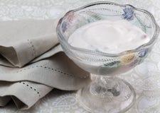 Φυσικό ελληνικό γιαούρτι με τα μούρα που αναμιγνύονται στο καλό έντερο W γυαλιού Στοκ εικόνες με δικαίωμα ελεύθερης χρήσης