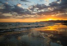 Φυσικό ζωηρόχρωμο ηλιοβασίλεμα στην παραλία με τα δραματικά σύννεφα πίσω από τα μόνιμα δέντρα δύο θερινού ηλιοβασιλέματος πεύκων Στοκ εικόνες με δικαίωμα ελεύθερης χρήσης
