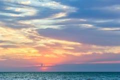 Φυσικό ηλιοβασίλεμα πέρα από την μπλε θάλασσα Στοκ Φωτογραφία