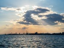 Φυσικό ηλιοβασίλεμα πέρα από το λιμένα σε Θεσσαλονίκη, Ελλάδα στοκ φωτογραφία