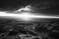 Φυσικό ηλιοβασίλεμα πέρα από το υψίπεδο την άνοιξη στοκ φωτογραφία