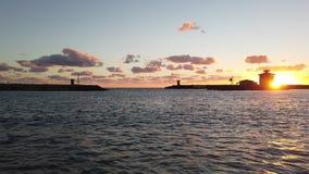 Φυσικό ηλιοβασίλεμα στην είσοδο μαρινών με τον όμορφο νεφελώδη ουρανό και τις αντανακλάσεις φιλμ μικρού μήκους