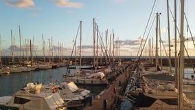 Φυσικό ηλιοβασίλεμα στη μαρίνα με πολλά sailboats που δένονται και που χαϊδεύονται από τον αέρα που τινάζει τις σημαίες φιλμ μικρού μήκους