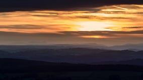 Φυσικό ηλιοβασίλεμα στο χρονικό σφάλμα λυκόφατος φιλμ μικρού μήκους