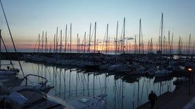 Φυσικό ηλιοβασίλεμα χρονικού σφάλματος στη μαρίνα σε Ostia Lido της Ρώμης με πολλά sailboats φιλμ μικρού μήκους