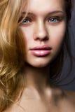 Φυσικό κάθετο πορτρέτο ομορφιάς ενός ξανθού Στοκ Εικόνες