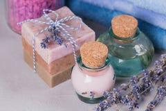 Φυσικό καλλυντικό έλαιο, κρέμα, αλατισμένο και φυσικό χειροποίητο σαπούνι θάλασσας Στοκ φωτογραφία με δικαίωμα ελεύθερης χρήσης