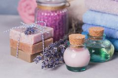 Φυσικό καλλυντικό έλαιο, κρέμα, αλατισμένο και φυσικό χειροποίητο σαπούνι θάλασσας Στοκ φωτογραφίες με δικαίωμα ελεύθερης χρήσης