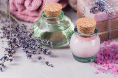 Φυσικό καλλυντικό έλαιο, κρέμα, αλατισμένο και φυσικό χειροποίητο σαπούνι θάλασσας Στοκ εικόνα με δικαίωμα ελεύθερης χρήσης
