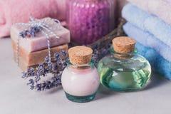 Φυσικό καλλυντικό έλαιο, κρέμα, αλατισμένο και φυσικό χειροποίητο σαπούνι θάλασσας Στοκ Εικόνες